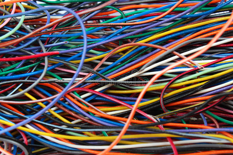 Confusão colorida de fios e de conectores dos cabos fotografia de stock royalty free