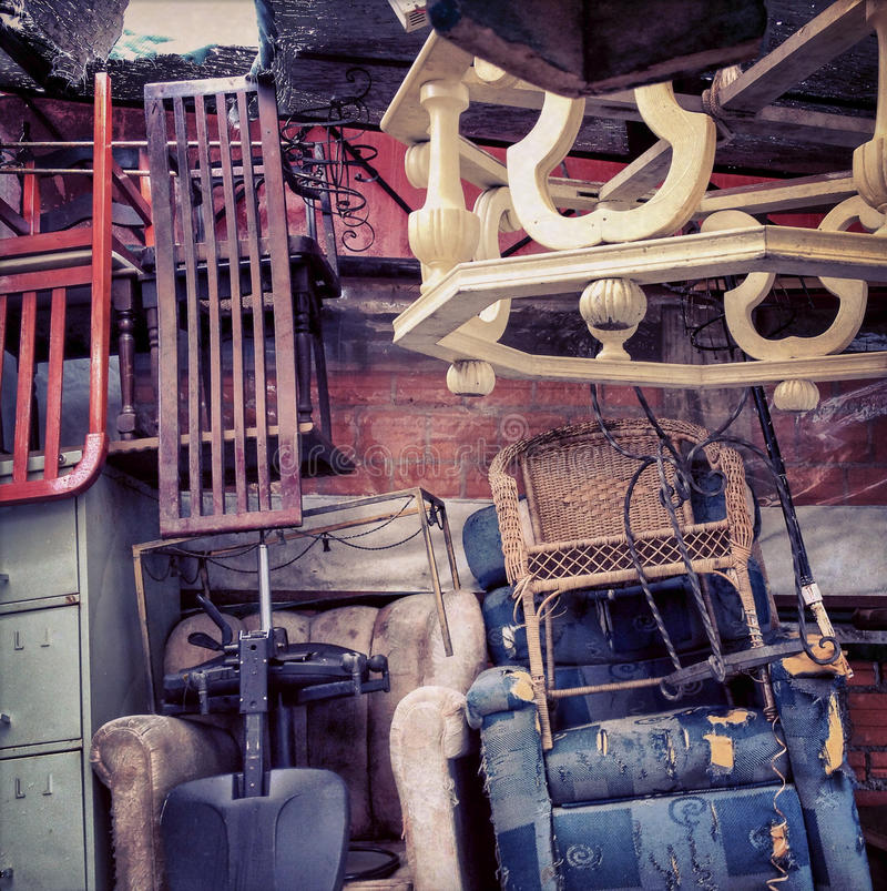 Confusão da mobília - loja velha do material - loja louca foto de stock