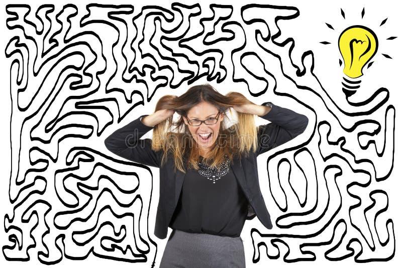 Confusão e esforço Labirinto e bulbo Alcance a solução Mulher de negócio forçada puxando seu cabelo foto de stock
