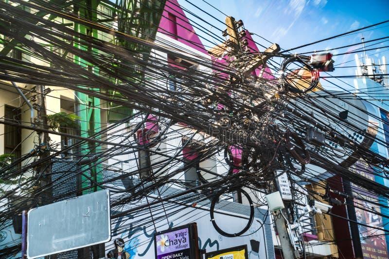 Confusão entrelaçada caótica de fios da eletricidade fotos de stock royalty free