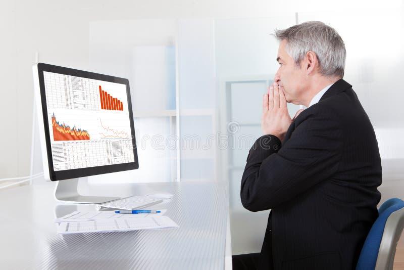 Confused бизнесмен с компьютером стоковые фотографии rf