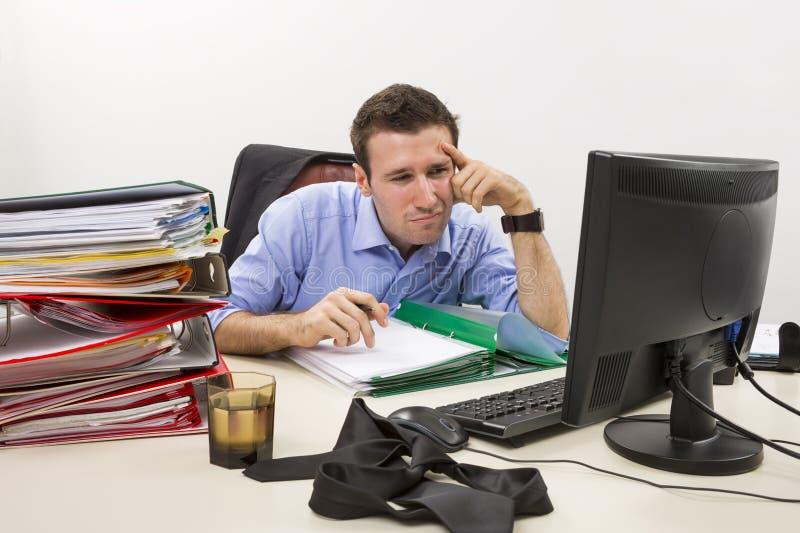 Confused бухгалтер на работе стоковые изображения rf