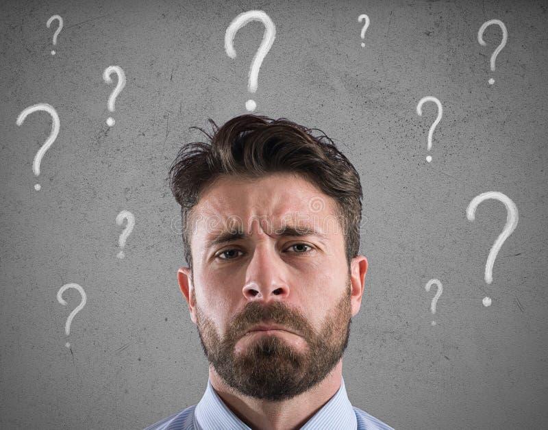 Confused и задумчивый бизнесмен потревожился о будущем стоковое изображение