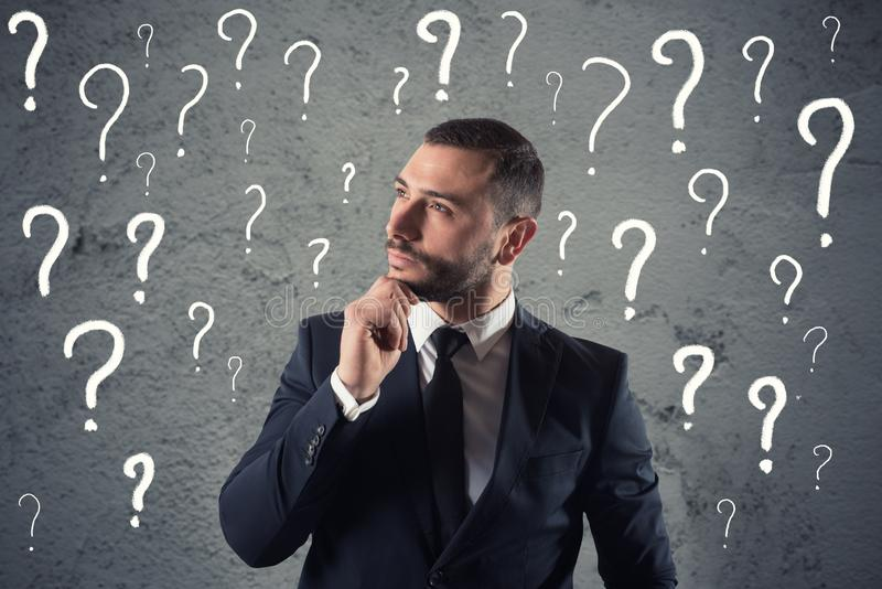 Confused и задумчивый бизнесмен потревожился о будущем стоковая фотография rf