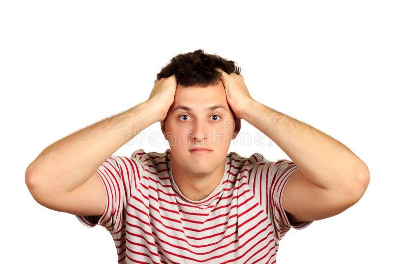 Confused и тревоженый человек при щетинка, держа руки на голове пока сотрясаемый эмоциональный парень изолированный на белой пред стоковое изображение rf