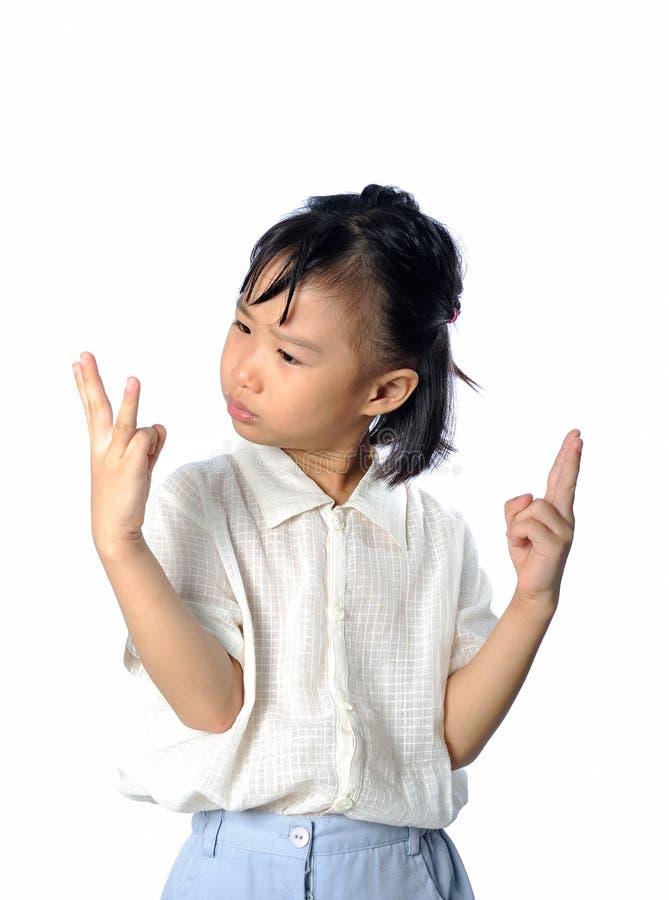 Confused маленький азиатский ребенок не знает ответ математики стоковое изображение rf