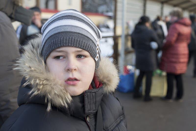 Confused мальчик подростка на предпосылке людей на станции стоковые фотографии rf