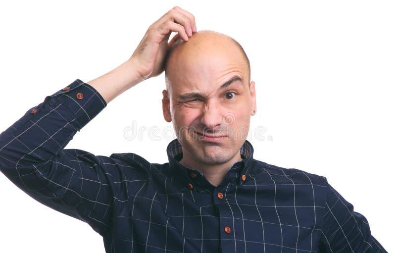Confused облыселая царапина парня его голова стоковые изображения rf