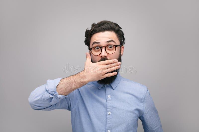 Confused рот заволакивания человека в безмолвии стоковые изображения