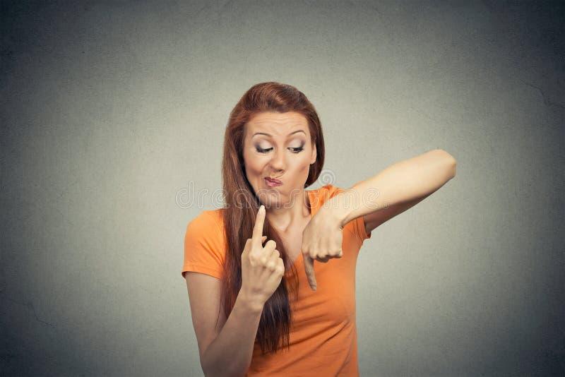 Confused думая женщина Процесс принятия решений, неопределенность стоковые изображения