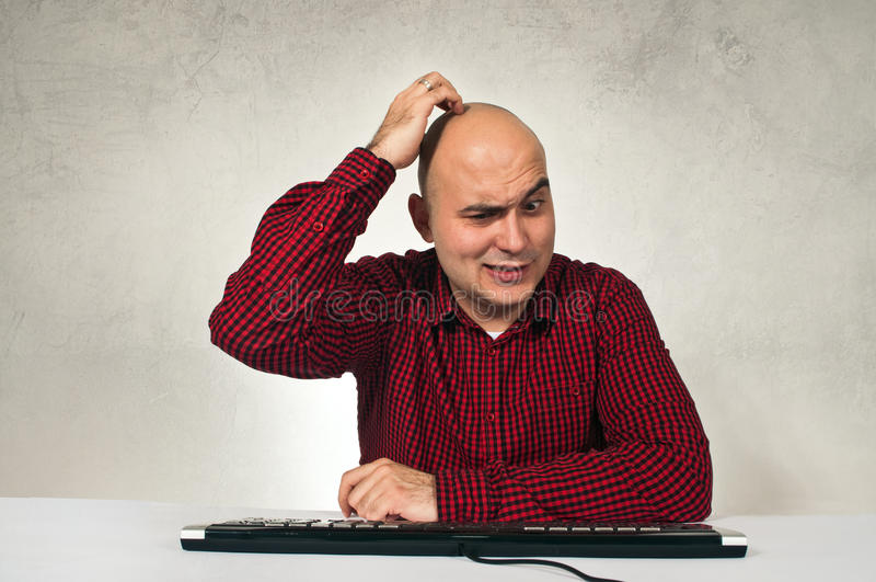 Confused человек на таблице офиса стоковые фотографии rf