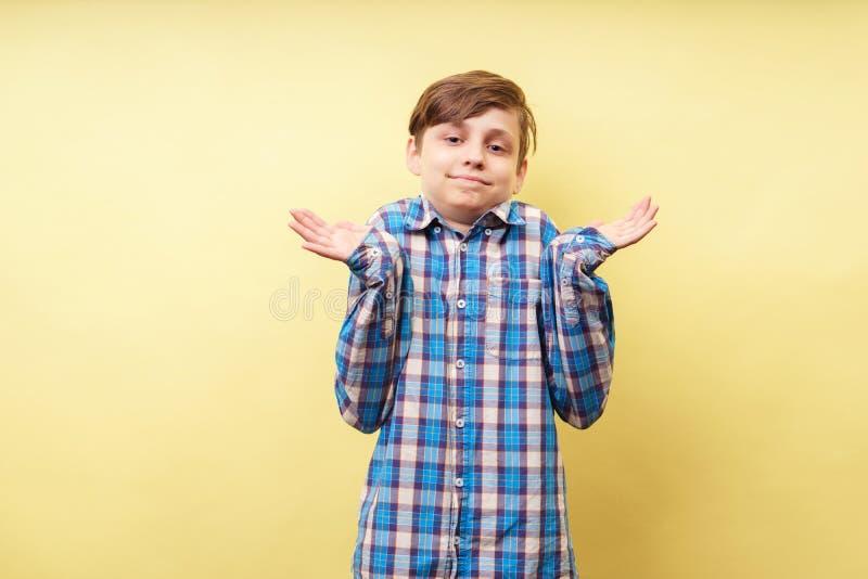 Confused händer för händer för förvirrad pojke lyftande stigande arkivfoto