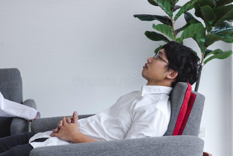 Confused trött ung asiatisk fördjupning för känsla för affärsman i arbetsplats av kontoret fotografering för bildbyråer