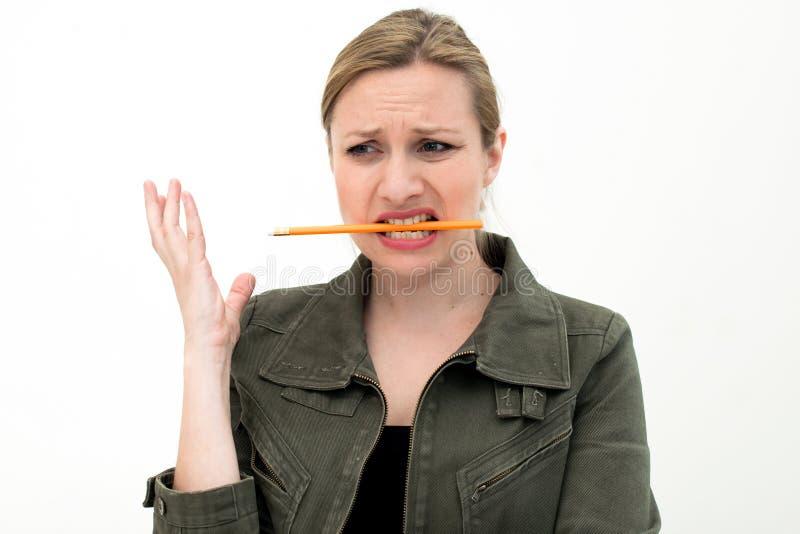 Confused ung kvinna med en blyertspenna royaltyfri foto