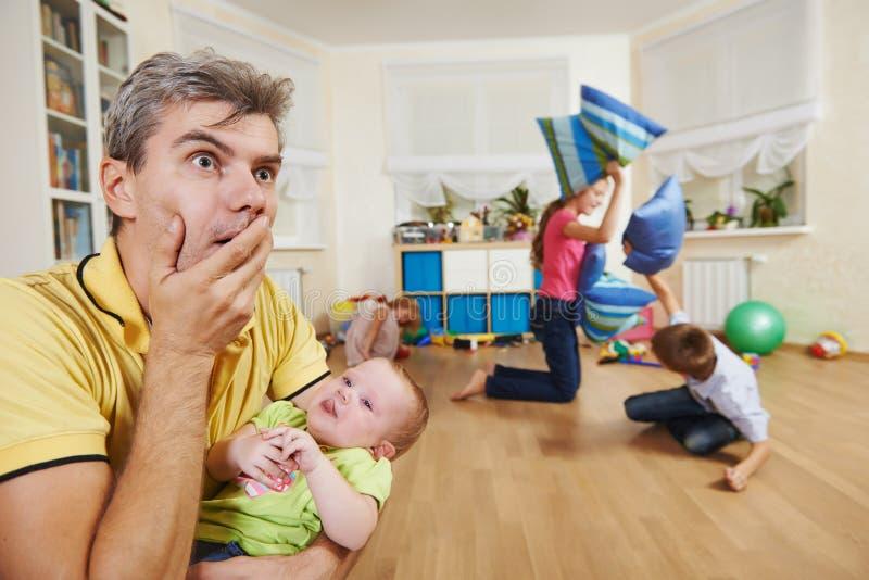 Confusione nel crescere dei bambini immagini stock