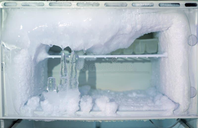 Congélateur de glacière de cristaux de glace dans le réfrigérateur photos stock