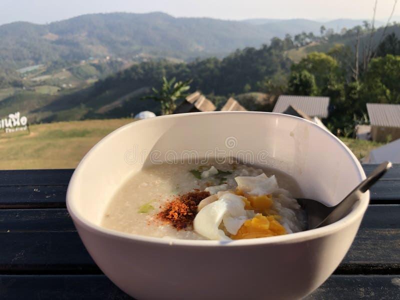Congee με το κομματιασμένο χοιρινό κρέας στο κύπελλο - ασιατικό ύφος προγ στοκ εικόνες με δικαίωμα ελεύθερης χρήσης