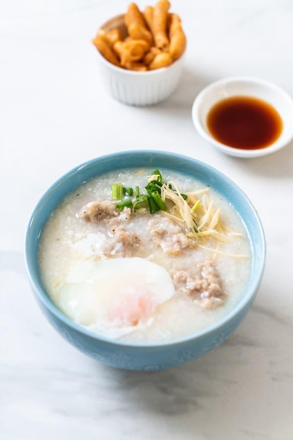 congee με το κομματιασμένο χοιρινό κρέας στο κύπελλο στοκ εικόνα με δικαίωμα ελεύθερης χρήσης