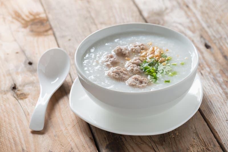 Congee asiatico con carne di maiale tritata in ciotola bianca immagine stock libera da diritti