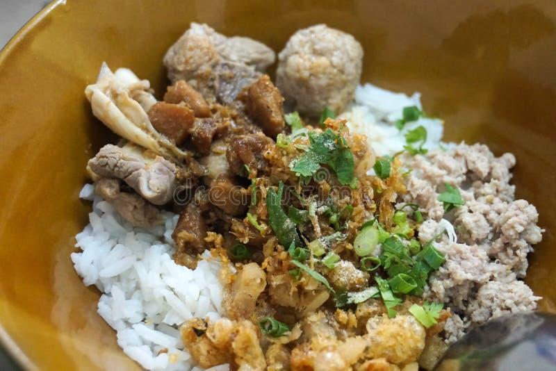 Congee seco do arroz com almôndegas, carnes imagem de stock