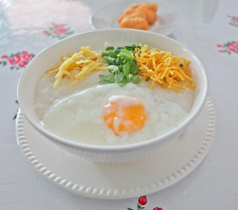 Congee tradicional do arroz do papa de aveia imagens de stock royalty free