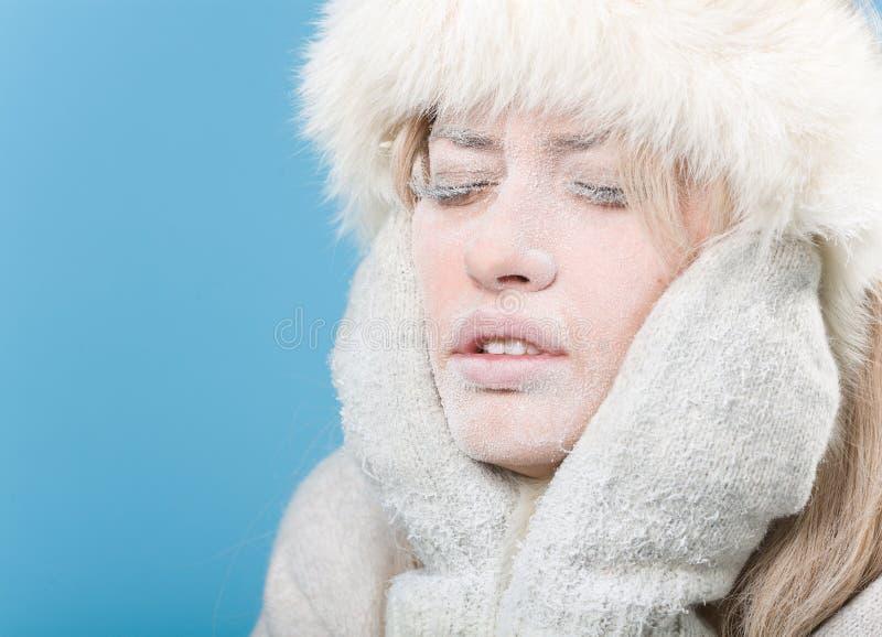 Congelé. Visage femelle effrayant couvert en glace de neige images libres de droits