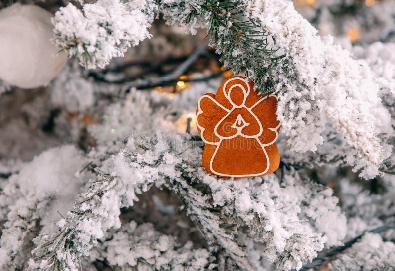 Congelación de las galletas de la Navidad de la nieve del árbol de navidad de las decoraciones fotografía de archivo libre de regalías
