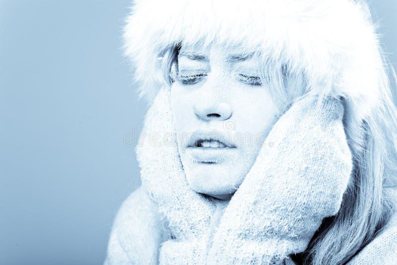 Congelado. Face fêmea refrigerada coberta no gelo. fotos de stock royalty free