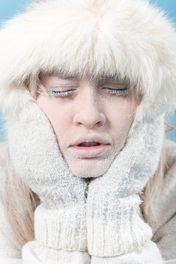 Congelado. Face fêmea refrigerada coberta no gelo. foto de stock