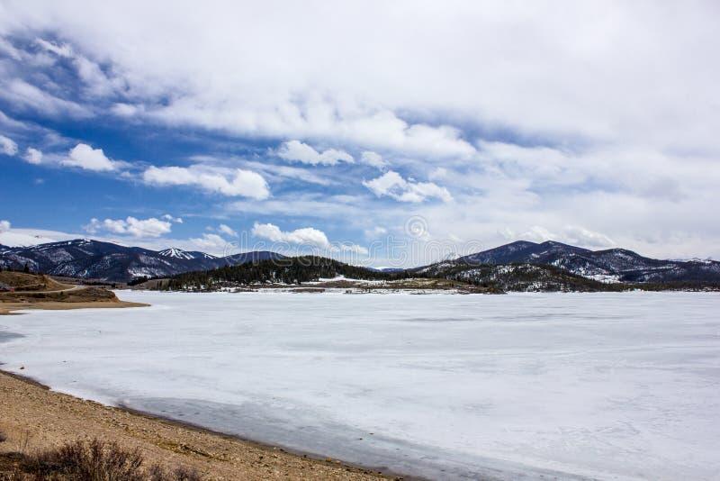 Congelado mas lago extremamente cênico e sereno Dillon na mola adiantada, Colorado, EUA fotos de stock royalty free