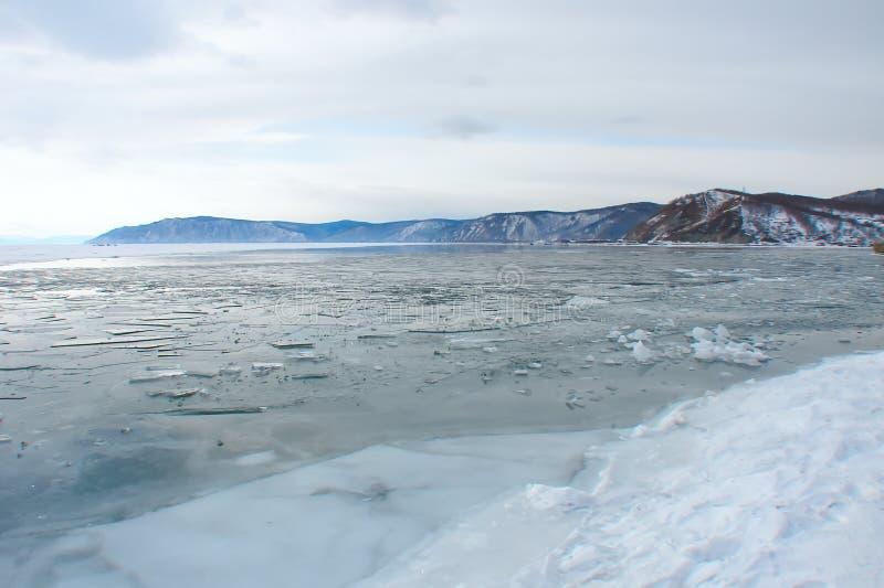 Congelar-sobre em um lago da montanha imagem de stock