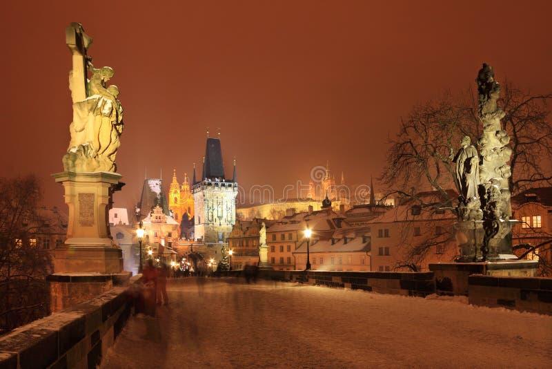 Congele el castillo gótico nevoso con las estatuas, República Checa de Praga de la noche de niebla fotos de archivo