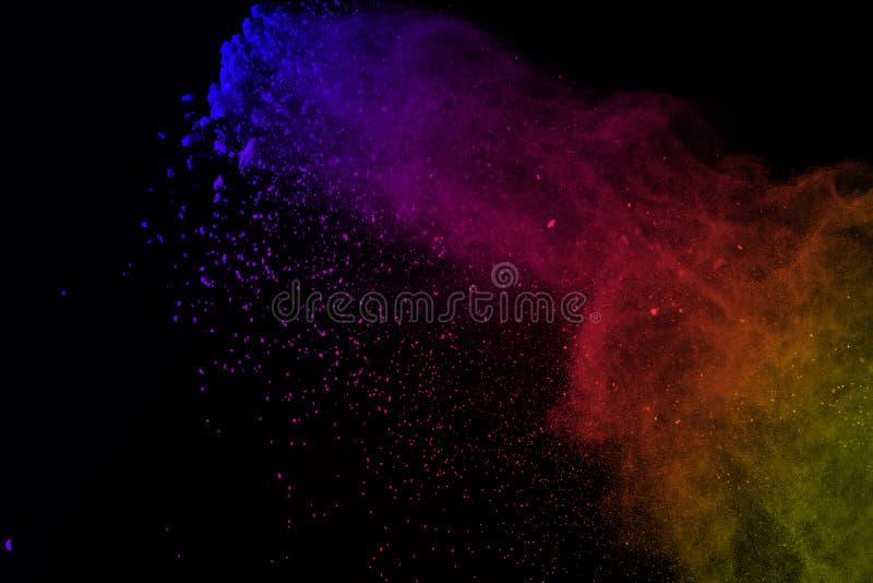 Congele el movimiento de las explosiones coloridas del polvo aisladas en vagos negros fotografía de archivo libre de regalías