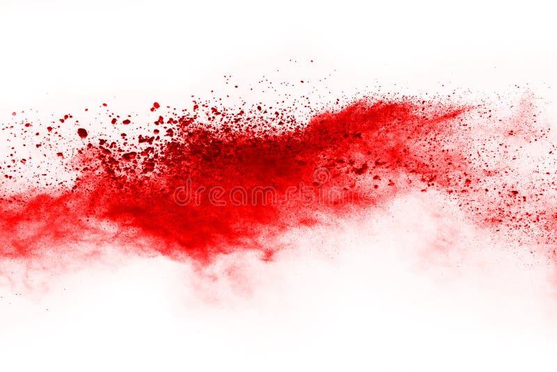 Congele el movimiento del polvo rojo que estalla, aislado en el fondo blanco imágenes de archivo libres de regalías