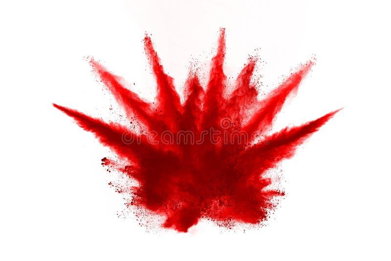 Congele el movimiento del polvo rojo que estalla, aislado en el fondo blanco Dise?o abstracto de nube de polvo roja fotografía de archivo