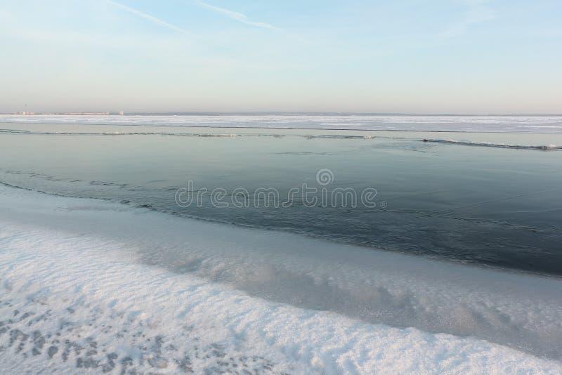 Congele a formação no rio no outono no por do sol, Sibéria, Rússia imagens de stock royalty free