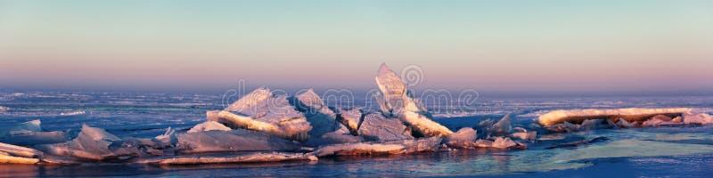 Congele hummocks no lago Balkhash, Kazakhstan imagem de stock royalty free