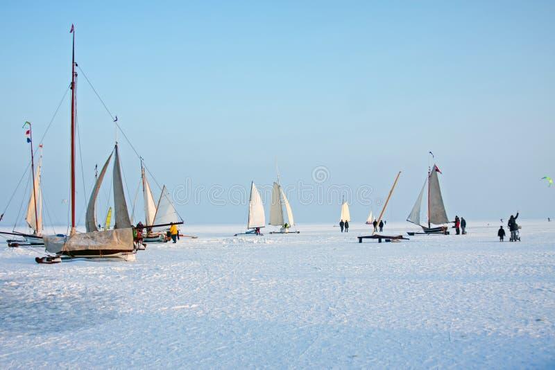 Congele a navigação em um dia de inverno frio no Gouwzee no Netherlan foto de stock