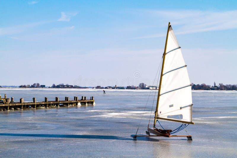 Congele a navigação no lago Braassem em Roelofarendsveen imagens de stock