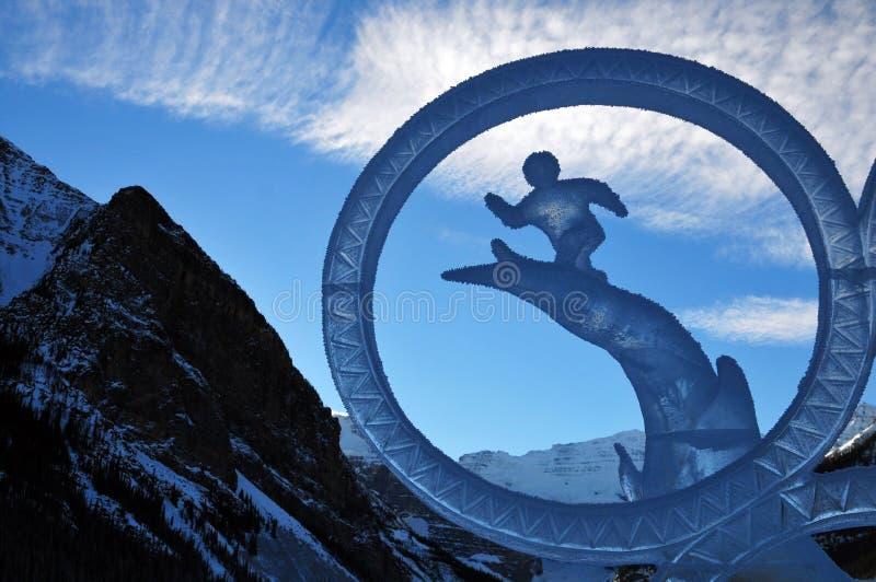 Congele o gelo mágico do festival que cinzela representando o hóquei em gelo em Lake Louise no parque nacional do baff, Alberta,  fotos de stock royalty free