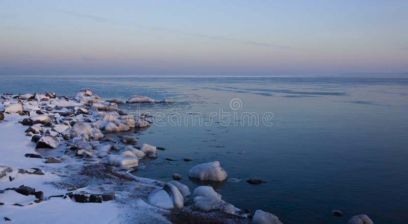 Congele a pedra coberta na costa superior imagens de stock royalty free