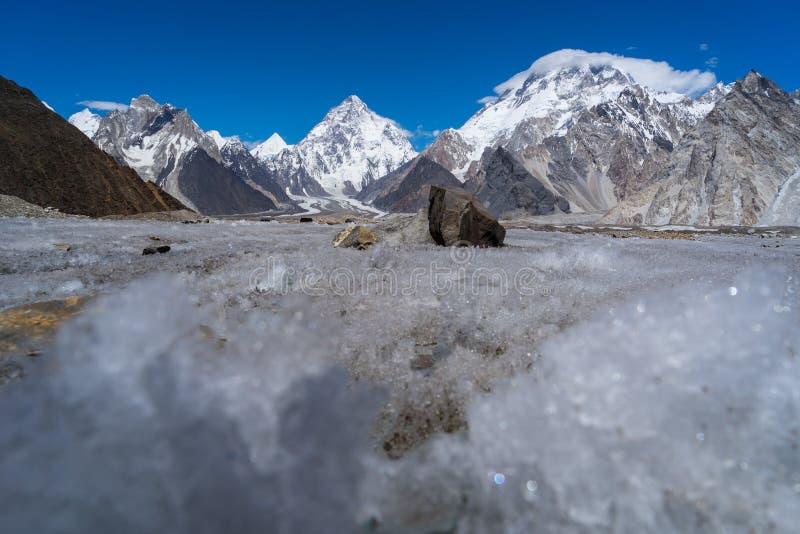 Congele a textura da geleira de Vigne com parte traseira da montanha de K2 e de Broadpeak imagens de stock royalty free