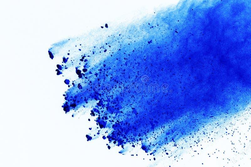 Congeli il moto delle esplosioni blu della polvere isolate su backgr bianco fotografia stock