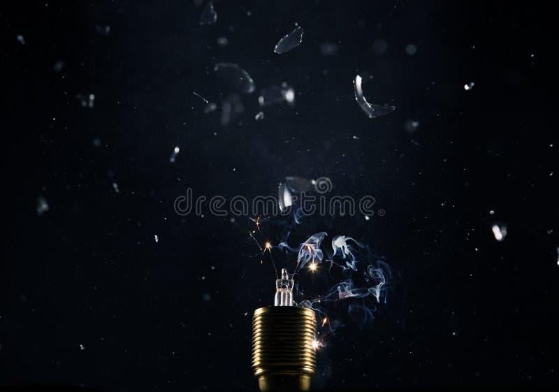 Congeli il moto di vecchia esplosione della lampadina su backround nero immagine stock