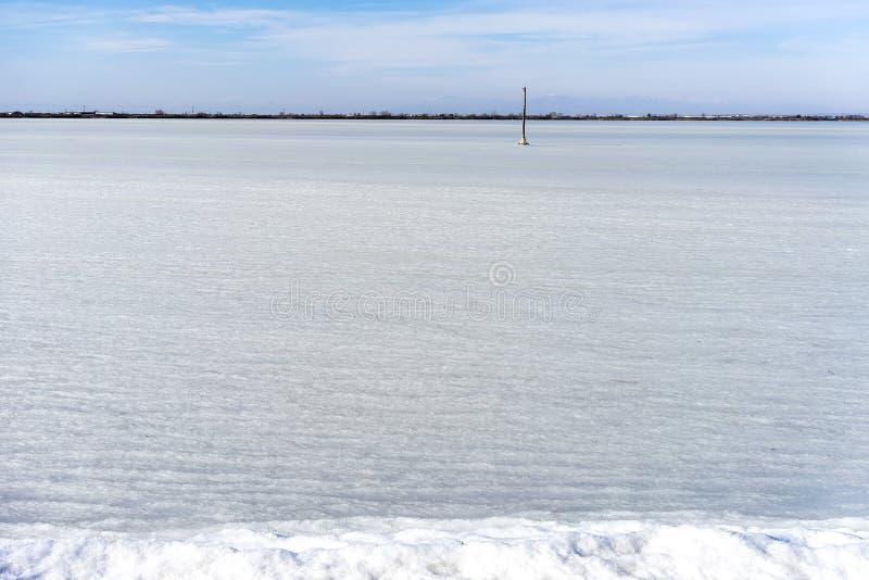congelou a lagoa Kalochori em Grécia imagem de stock royalty free