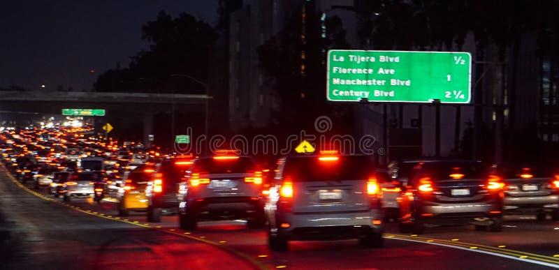 Congestión de tráfico de la noche en la autopista sin peaje de California I-405, Los Ángeles fotos de archivo libres de regalías