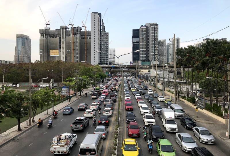 Congestión de tráfico urbano pesada típica en el centro de la ciudad, Bangkok imagen de archivo libre de regalías