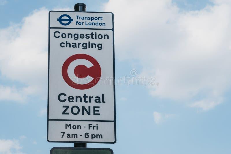 Congestielast die Centraal Streekteken toeschrijven aan blauwe hemel in Londen, het UK stock afbeeldingen