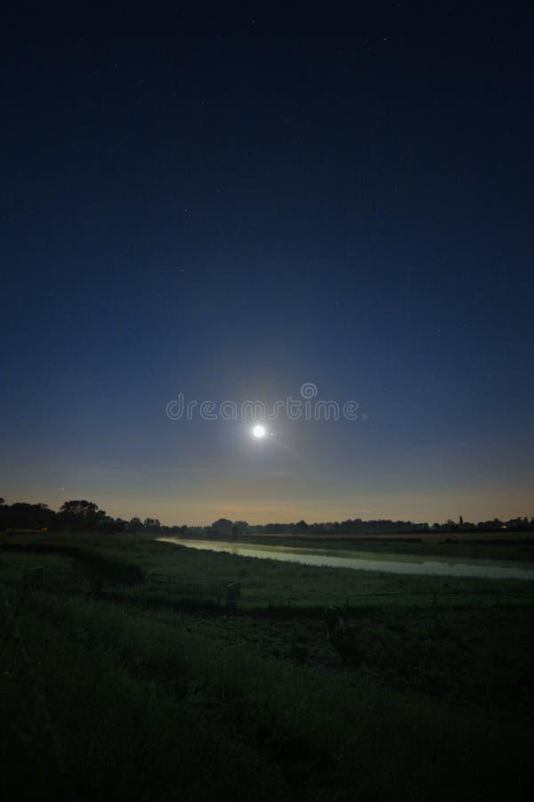 Congiunzione della luna e di Giove immagine stock