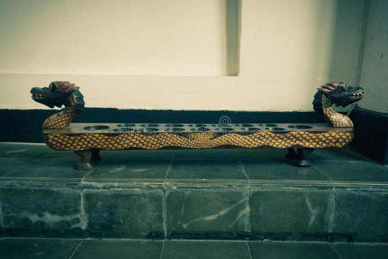 Congklak como um do jogo tradicional feito da madeira e das lentilhas indicadas no museu Pekalongan recolhido foto do Batik imagens de stock royalty free